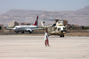 Sanaa airport suspends flights after military threat