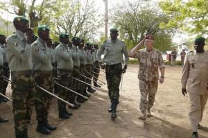 Náèelník generálního štábu Petr Pavel (druhý zprava) navštívil 5. bøezna základnu Koulikoro v Mali, kde se èeští vojáci podílí na vojenském výcviku Malijcù.