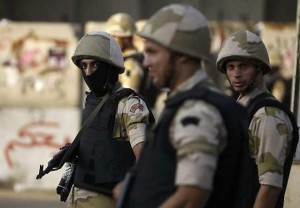 Egyptian army soldiers stand guard in front of El-Thadiya presidential palace during a protest by members of the Muslim Brotherhood and supporters of ousted Egyptian President Mohamed Mursi in Cairo, August 30, 2013. Thousands of supporters of Mursi marched through Cairo and cities across Egypt on Friday to demand his reinstatement, in the movement's biggest show of defiance since hundreds of protesters were killed two weeks ago. REUTERS/Amr Abdallah Dalsh  (EGYPT - Tags: POLITICS CIVIL UNREST MILITARY)