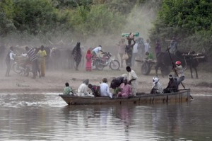 People cross in a boat a section of Lake Chad whose waters border Niger, Nigeria and Cameroon on March 30, 2015 at the village of Guite, in Chad's lake region, north of the capital N'Djamena.   AFP PHOTO/PHILIPPE DESMAZES