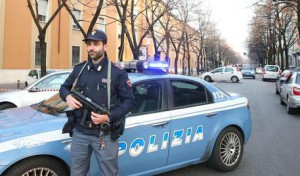 Agenti al lavoro dopo l' esplosione di un ordigno rudimentale davanti alla sede della scuola di polizia Polgai a Brescia, 18 dicembre 2015. ANSA / Simone Venezia