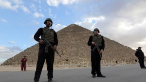 Police officers guard the Great Pyramid of Cheops in Giza, on the outskirts of Cairo January 16, 2015 .REUTERS/Mohamed Abd El Ghany (EGYPT - Tags: CRIME LAW SOCIETY TRAVEL)