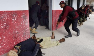 Members of Pakistan Elite Police Force take part in a drill to fight against militants at a school in Peshawar on January 28, 2016. A Pakistan university attacked by the Taliban last week has demanded the government arm its staff as it seeks to boost security after the deadly assault in which 21 people were killed, officials said. AFP PHOTO / A MAJEED