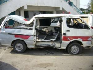 Ambulance bombardee.Depuis la guerre de Gaza, en janvier 2009, MSF a doublé le nombre de son personnel et accru le niveau de ses activités. Depuis six mois, deux blocs opératoires d¿une capacité de onze lits ont été installés sous des tentes médicales gonflables dans le centre de la ville de Gaza. Les équipes médicales ont pratiqué 303 interventions chirurgicales spécialisées sur des personnes qui ont été blessées lors des combats intenses. Ils ont par exemple effectué des retraits de fixateurs externes, des greffes de peau, des débridements de plaies, des relâchements de contractures... Ils ont également donné un peu moins de 1 293 consultations. MSF est présente dans la bande de Gaza depuis 2000 et emploie 126 Palestiniens qui y travaillent aux côtés de 8 expatriés.
