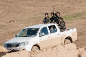 syrian-kurd-aleppo-tanks-female