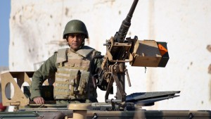 A member of the Tunisian special forces patrol in the southern town of Ben Guerdane, near the Libyan border, during clashes with jihadists on March 8, 2016 a day after the attack on the border town. Tunisian Prime Minister Habib Essid said around 50 extremists were believed to have taken part in Monday's coordinated attack on an army barracks and police and National Guard posts in the border town of Ben Guerdane.  / AFP / FATHI NASRI