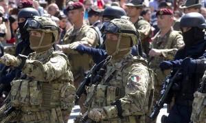 I militari del 9/o Reggimento della Brigata Folgore Col Moschin sfilano in via dei Fori Imperiali durante la parata per la Festa della Repubblica, Roma, 2 giugno 2013. ANSA/CLAUDIO PERI