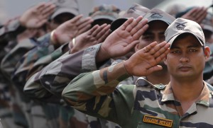Indian army soldier Saleem Miyan (R) and his colleagues salute during a wreath-laying ceremony for Navdeep Singh, an army officer who was killed in Saturday's Kashmir border clash, at a garrison in Srinagar August 21, 2011. Indian soldiers shot dead on Saturday 12 separatist militants trying to cross from Pakistan into the disputed region of Kashmir, where popular protests against Indian rule have mounted. REUTERS/Danish Ismail (INDIAN-ADMINISTERED KASHMIR - Tags: MILITARY OBITUARY) - RTR2Q5XH