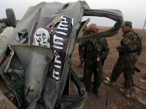 peshmerga-inspect-wreckage-islamic-state-vehicle-iraq-afp-640x480