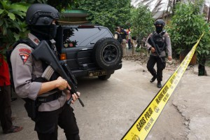 Anti-terror policemen hold rifles at house where a suspected supporter of Islamic State stays at Sepatan village in Tangerang, Indonesia's Banten province, October 20, 2016, in this picture taken by Antara Foto. Antara Foto/Lucky R/via REUTERS