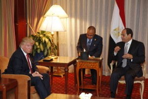 Republican presidential candidate Donald Trump (L) meets with Egyptian President Abdel Fattah el-Sisi at the Plaza Hotel on September 19, 2016 in New York. / AFP PHOTO / DOMINICK REUTER