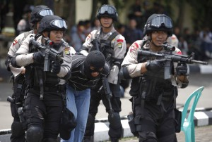 Members of the Indonesian police anti-terror squad take part in an anti-terror drill at the police special forces headquarters compound in Depok, Indonesia's West Java province March 9, 2010. The anti-terror drill was conducted in preparation for the planned visit of U.S. President Barack Obama to Indonesia next week. REUTERS/Beawiharta (INDONESIA - Tags: CRIME LAW)